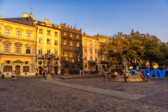 LEMBERG, UKRAINE - 12. SEPTEMBER 2016: Lemberg-Großstadt und alte Stadt Lembergs mit Leuten Klare Farben Lizenzfreie Stockbilder