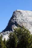 Lembertkoepel Yosemite Californië tegen Blauwe Hemel Stock Afbeeldingen
