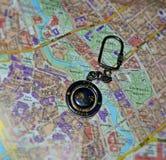 Lembrança de Letónia em um mapa do fundo do Riga Cidade velha Mapa do planeamento do curso Rota do turista imagens de stock