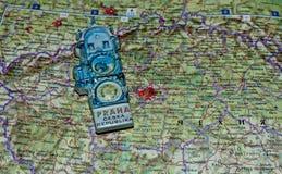 Lembrança de Praga em um mapa do fundo de República Checa Rota do turista fotografia de stock royalty free