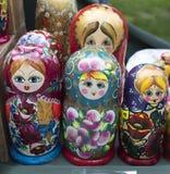 Lembranças de madeira da loja da prateleira - bonecas do matryoshka Fotografia de Stock Royalty Free