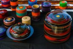 Lembranças de madeira feitos a mão bonitas dos caixões para a venda na tabela imagens de stock royalty free