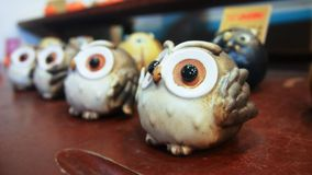 Lembranças decorativas da porcelana das corujas da cor de Brown imagem de stock royalty free
