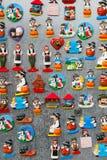 Lembranças do ímã do refrigerador que representam a cultura nacional sérvio e os trajes Foto de Stock Royalty Free