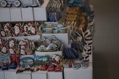 Lembranças e ímãs cerâmicos na loja do turco Fotografia de Stock