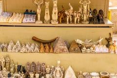 Lembranças egípcias diferentes para a venda em uma loja da rua fotografia de stock