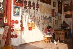 Lembranças feitas da madeira da loja feito a mão na cidade velha de Dayan. Fotografia de Stock