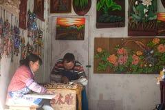 Lembranças feitas da madeira da loja feito a mão na cidade velha de Dayan. Imagem de Stock
