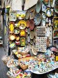 Lembranças feitos a mão cerâmicas, ímãs, placa, loja de lembrança Orvieto, Itália, o 30 de agosto de 2013 Fotografia de Stock Royalty Free