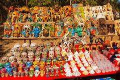Lembranças mexicanas no mercado para turistas Crânios coloridos, pirâmides e máscaras maias méxico fotografia de stock