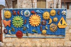 Lembran?as cer?micas coloridas vendidas fora Em Mani interna, Peloponnese, Gr?cia foto de stock royalty free