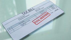 Lembrete final da lei fiscal, mão que carimba o selo no documento, pagamento para serviços vídeos de arquivo