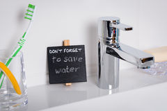 Lembrete para salvar a água no banheiro Fotos de Stock Royalty Free