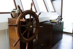 Leme de madeira e equipamento navegacional imagem de stock
