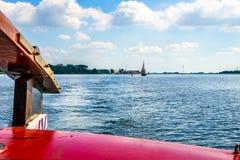 Leme de um barco histórico de Botter no Veluwemeer perto da cidade de Bunschoten-Spakenburg fotografia de stock