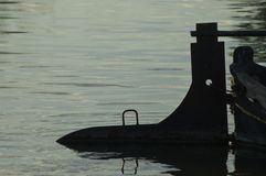 Leme do barco na luz traseira imagem de stock royalty free