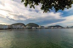 Leme en Copacabana-Strand in Rio DE die janeiro het suikerbrood op de zonsondergang overzien royalty-vrije stock foto