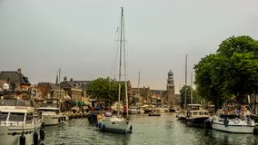 LEMMER,荷兰- 2018年6月:Lemstersluis和运河在Lemmer的市中心在Ijselmeer附近 免版税库存图片