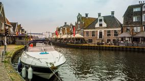 LEMMER,荷兰- 2018年6月:Lemstersluis和运河在Lemmer的市中心在Ijselmeer附近 库存照片