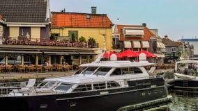 LEMMER,荷兰- 2018年6月:Lemstersluis和运河在Lemmer的市中心在Ijselmeer附近 免版税图库摄影