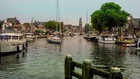 LEMMER, DIE NIEDERLANDE - JUNI 2018: Lemstersluis und Kanal im Stadtzentrum von Lemmer nahe Ijselmeer Lizenzfreie Stockfotografie