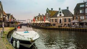 LEMMER, holandie - CZERWIEC 2018: Lemstersluis i kanał w centrum miasta Lemmer blisko Ijselmeer Zdjęcie Stock