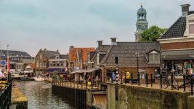 LEMMER, holandie - CZERWIEC 2018: Lemstersluis i kanał w centrum miasta Lemmer blisko Ijselmeer Obrazy Stock
