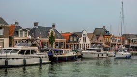 LEMMER, PAYS-BAS - JUIN 2018 : Lemstersluis et canal au centre de la ville de Lemmer près d'Ijselmeer Image stock
