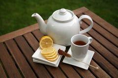 lemon plastry kubki muszlę herbatę. Zdjęcie Stock