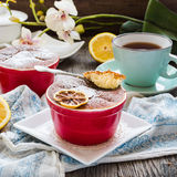 Lemon pudding with red plates on a white tablecloth Royalty Free Stock Photography