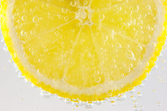 Lemon in sparkling water Royalty Free Stock Photos