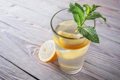 Lemonad av den nya mintkaramellen och citronen på en träbakgrund Arkivfoton