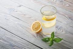 Lemonad av den nya mintkaramellen och citronen på en träbakgrund Arkivfoto