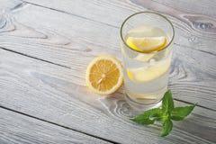 Lemonad av den nya mintkaramellen och citronen på en träbakgrund Fotografering för Bildbyråer