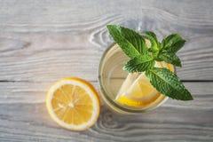 Lemonad av den nya mintkaramellen och citronen på en träbakgrund Royaltyfri Foto