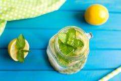 Lemonad con las rebanadas del limón y la menta en un tarro asaltan fotografía de archivo libre de regalías