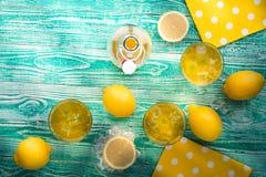 Lemonad eller limoncello i exponeringsglas royaltyfria bilder