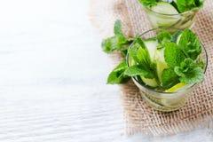 Lemonad för coctail för drink för detox för vatten för gurkalimefruktmintkaramell ny ingiven Fotografering för Bildbyråer