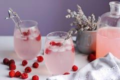 Lemonad för hallon för sommarsötsak med lavander Arkivbilder