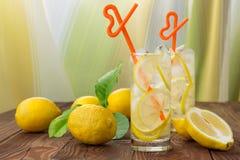 Lemonad i ett exponeringsglas med is Arkivfoto