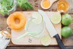 Lemonad i exponeringsglas på trä Arkivfoton