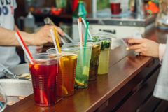 Lemonad i plast-koppar i snabbmatkafé royaltyfri fotografi