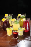 Lemonad i tillbringaren och citronerna med mintkaramellen på tabellen inomhus Arkivbild