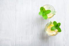 Lemonad med citronen, mintkaramellen och is royaltyfri bild