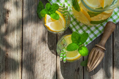 Lemonad med citronen, mintkaramellen och is royaltyfri foto