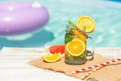 Lemonad med den nya apelsinen och grapefrukten i den blåa pölen tropisk coctail Idyllisk sommarferie Royaltyfria Foton