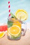 Lemonad med den nya apelsinen och grapefrukten i den blåa pölen tropisk coctail Idyllisk sommarferie Royaltyfri Fotografi