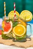 Lemonad med den nya apelsinen och grapefrukten i den blåa pölen tropisk coctail Idyllisk sommarferie Arkivbild