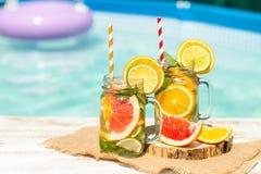 Lemonad med den nya apelsinen och grapefrukten i den blåa pölen tropisk coctail Idyllisk sommarferie Arkivbilder