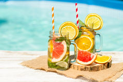 Lemonad med den nya apelsinen och grapefrukten i den blåa pölen tropisk coctail Idyllisk sommarferie Fotografering för Bildbyråer